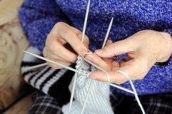 Mani di lavoro a maglia Fotografia Stock