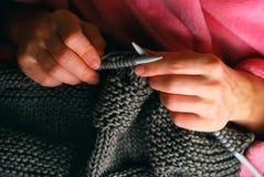 Mani di lavoro a maglia fotografie stock libere da diritti