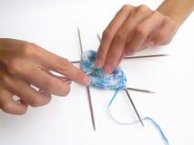 Mani di lavoro a maglia Immagini Stock Libere da Diritti