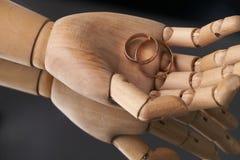 Mani di legno prostetiche con due fedi nuziali Fotografia Stock Libera da Diritti