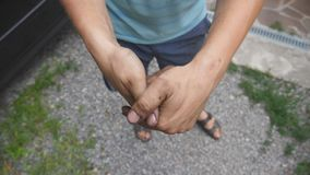 Mani di manifestazioni del meccanico in olio combustibile dopo il lavoro fatto Poi inizia a sfregare le sue mani sporche Chiuda s stock footage