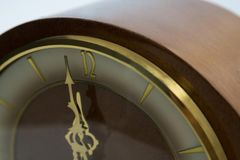 Mani di orologio che raggiungono una mezzanotte di 12 orologi Fotografie Stock Libere da Diritti