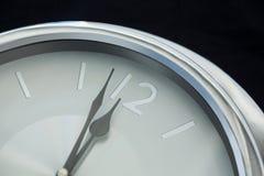 Mani di orologio che raggiungono una mezzanotte di 12 orologi Immagini Stock Libere da Diritti