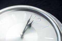 Mani di orologio che raggiungono una mezzanotte di 12 orologi Fotografie Stock