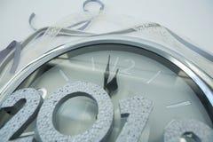 Mani di orologio che raggiungono una mezzanotte di 12 orologi Fotografia Stock