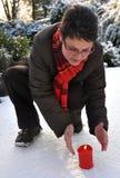 Mani di riscaldamento della donna in inverno Fotografia Stock