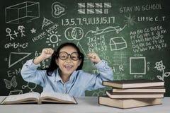 Mani di sollevamento dello studente con i libri e scarabocchio in aula Fotografie Stock