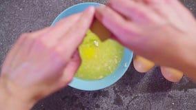 Mani di un confettiere che aggiunge zucchero e le uova al succo di limone video d archivio