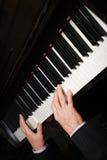 Mani di un pianista Fotografie Stock