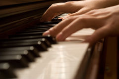 Mani di un pianista Fotografie Stock Libere da Diritti
