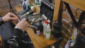 Mani di un uomo con i tagliatori elettrici di un barbiere d'annata per la barba ed i capelli Barbiere di professione, parrucchier archivi video