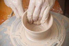 Mani di un vasaio Fotografia Stock