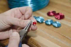 Mani di una donna che crea il gioiello di modo Fotografia Stock Libera da Diritti