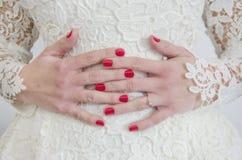 Mani di una sposa Fotografia Stock