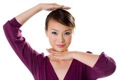 Mani di uso della donna per incorniciare il suo fronte immagini stock libere da diritti