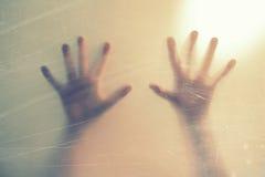 Risultati immagini per mani nel vetro