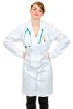 Mani Displeased della holding della donna del medico sulle anche fotografia stock libera da diritti