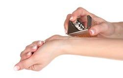 Mani e bottiglia delle donne di profumo Fotografia Stock Libera da Diritti