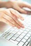 Mani e calcolatore. Fotografia Stock Libera da Diritti