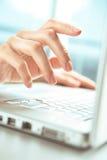 Mani e calcolatore. Immagine Stock Libera da Diritti