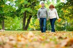 Mani e camminare della holding delle coppie Fotografia Stock Libera da Diritti
