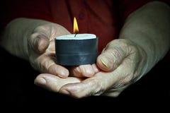 Mani e candela Fotografia Stock
