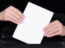 Mani e chiodi femminili Fotografie Stock Libere da Diritti