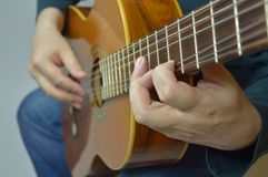 Mani e chitarra Fotografie Stock