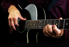 Mani e chitarra del chitarrista immagini stock libere da diritti