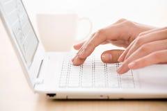 Mani e computer portatile Fotografia Stock Libera da Diritti