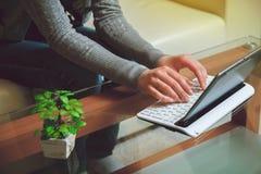 Mani e computer portatile femminili Immagine Stock Libera da Diritti