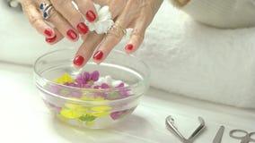 Mani e fiore nel salone della stazione termale stock footage