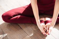 Mani e gambe della giovane donna che fanno a piedi nudi yoga Fotografie Stock