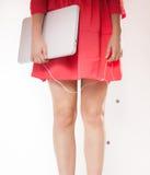 Mani e gambe di una donna elegante con un computer portatile Fotografia Stock Libera da Diritti