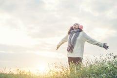 Mani e gioia di diffusione della ragazza con la natura mentre orario invernale Immagini Stock Libere da Diritti