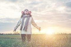 Mani e gioia di diffusione della ragazza con la natura mentre orario invernale Fotografie Stock