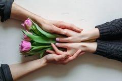 Mani e giorno del ` s del biglietto di S. Valentino di abbraccio Immagine Stock