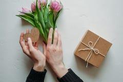 Mani e giorno del ` s del biglietto di S. Valentino di abbraccio Fotografia Stock