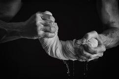 Mani e lavanderia del ` s degli uomini fotografia stock libera da diritti