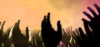 Mani e luci del pubblico al concerto Immagini Stock