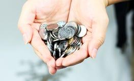 Mani e monete Immagini Stock