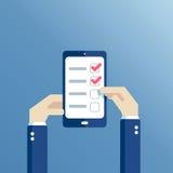 Mani e telefono piani con la lista di controllo Immagine Stock