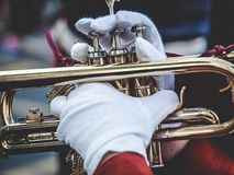 Mani e tromba nella parata fotografia stock libera da diritti