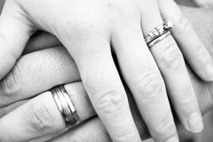 Mani ed anelli fotografia stock
