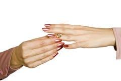 Mani ed anello femminili con un brillante Immagine Stock Libera da Diritti