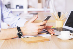 Mani facendo uso del telefono Fotografia Stock