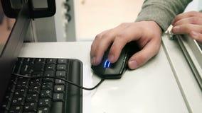 Mani facendo uso del topo del computer stock footage