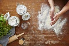 Mani farinose nella scena della cucina Fotografie Stock Libere da Diritti