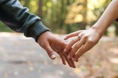 Mani felici della holding delle coppie Fotografie Stock