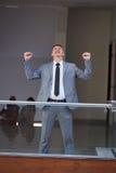 Mani felici di aumento dell'uomo di affari da gioia Fotografia Stock Libera da Diritti